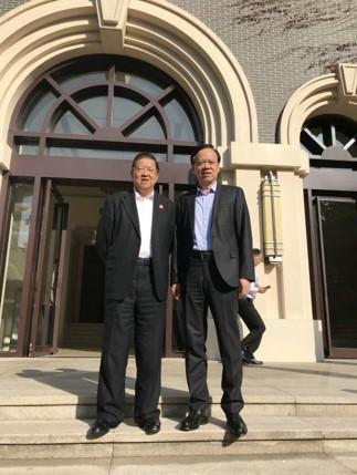 城市联盟荣誉主席龙永图与重庆市市委书记陈敏尔
